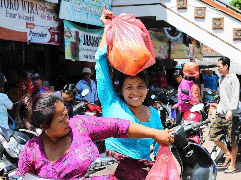 Plastiktüten kosten in Indonesien  kei...gegeben - und leider auch weggeworfen.    Foto: Making Oceans Plastic Free