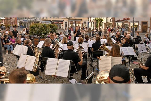 Stadtmusik unterhält auf dem Emmendinger Marktplatz
