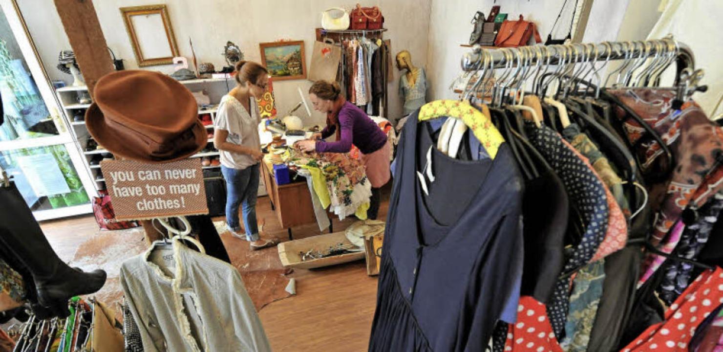 Auch Second-Hand-Läden sind für so man...e Anlaufstelle, um sich einzukleiden.   | Foto: dpa
