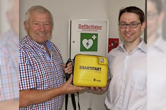 Defibrillator in Hugstetten dank Herzsportgruppe