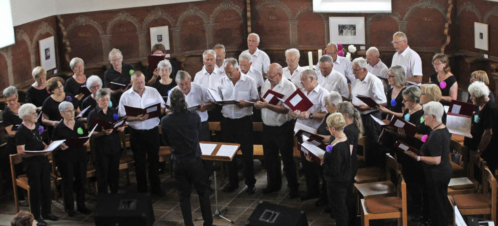 Die Besucher mit seinen Liedern &#8222...bsicht des Schallbacher Gesangvereins.  | Foto: Reinhard Cremer