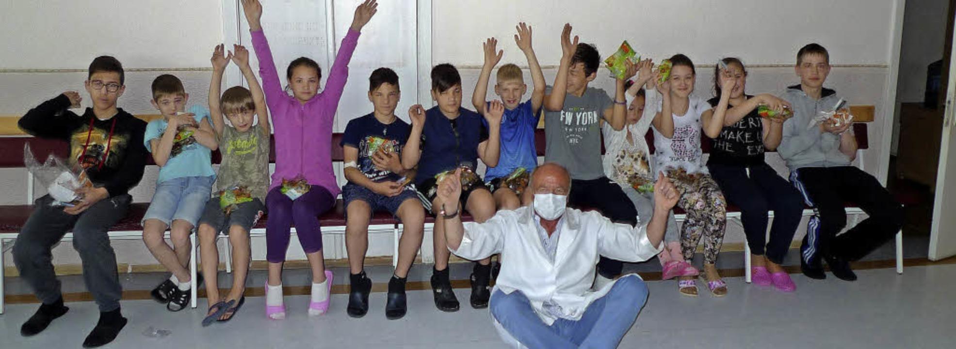 Diesmal gab's in der Strahlenklinik in Kiev einen Orden für Thomas Harms.  | Foto: privat