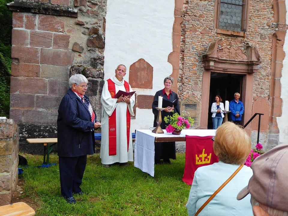 Am Altar: Pfarrer Herbert Rochlitz und Pfarrerin Irene Leicht  | Foto: privat
