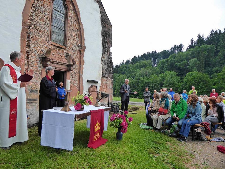 Aber dann beruhigte sich das Wetter, d...and wie geplant vor der Kapelle statt.  | Foto: privat