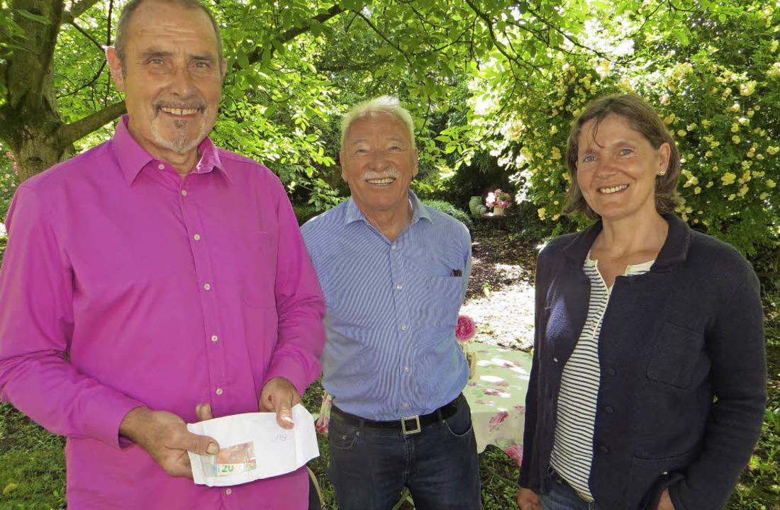 Am vergangenen Sonntag überreichten Gü... Euro an Annette Windhausen vom Nabu.   | Foto: THEIL