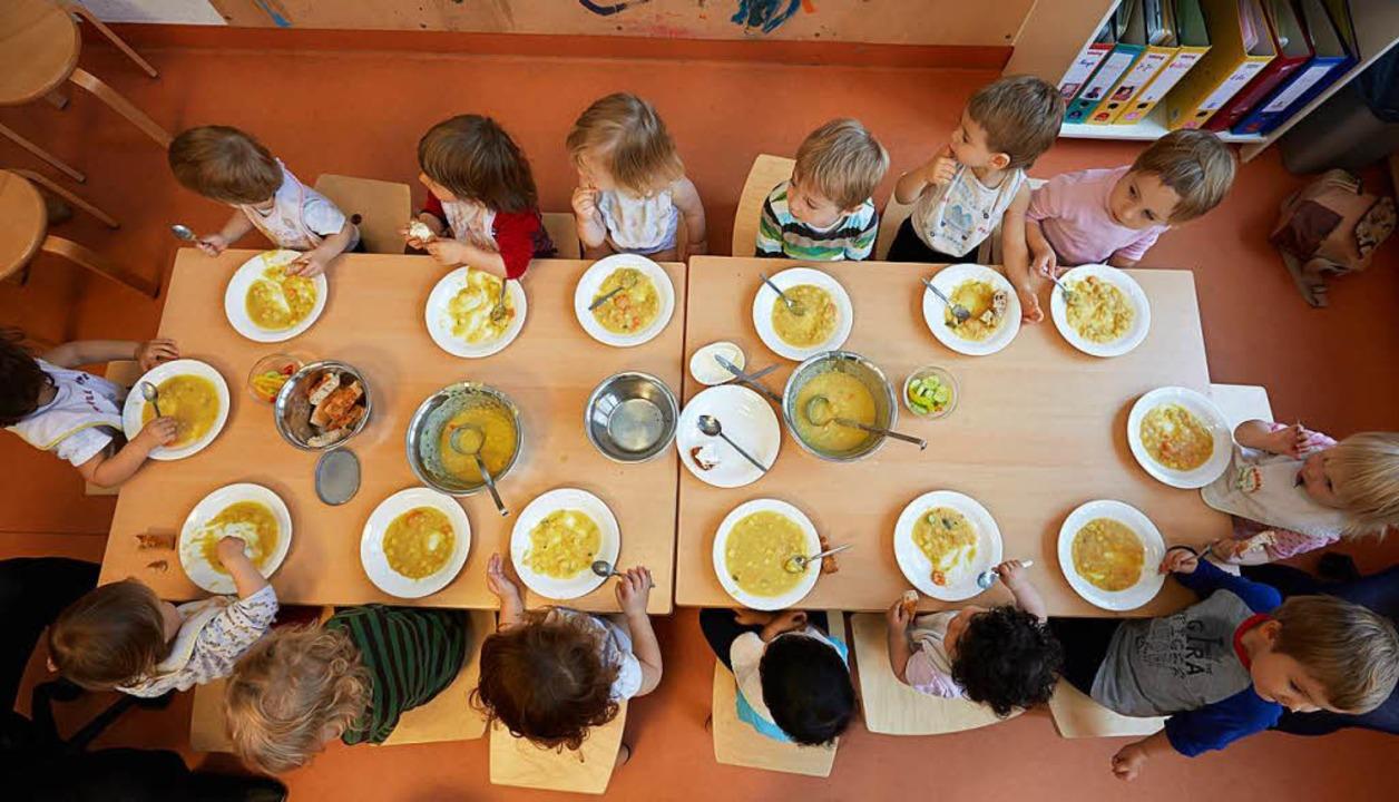 Wohl denen, die einen Platz am Kita-Tisch ergattert haben.  | Foto: dpa
