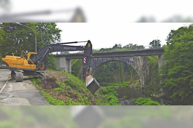 Bagger bereiten Brückenabbruch vor