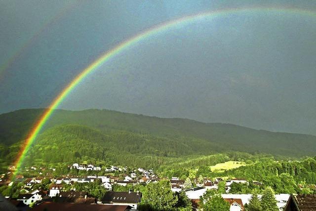Regenbogen über Wehr