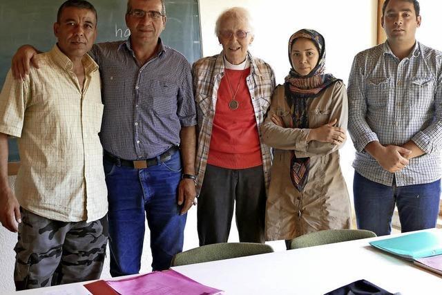 Seniorin lehrt Flüchtlingen Deutsch