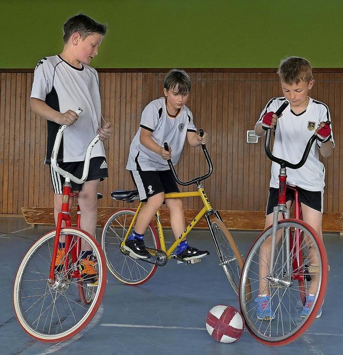 Fabian Joos, Jakob Joos und Joscha Win...inks) kämpfen auf dem Rad um den Ball.  | Foto: Sonja Zellmann/BZ