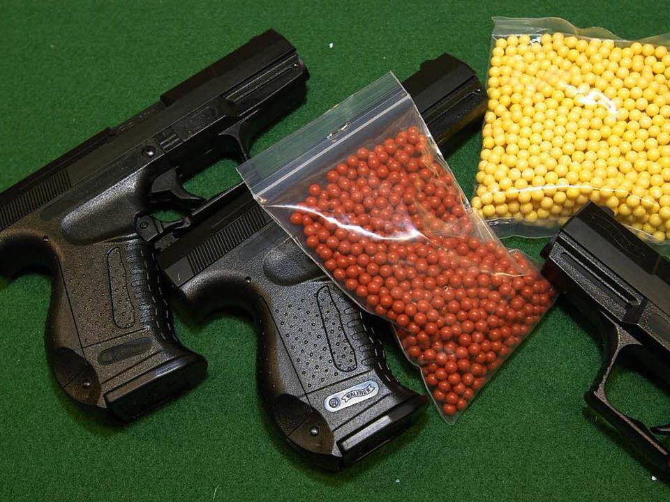 Soft-Air-Pistolen sehen echt aus und sind auch keine Spielzeuge.  | Foto: Ingo Schneider
