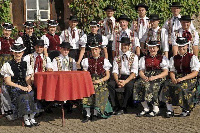 Trachtengruppe und Firobe-Musik im Klosterhof St. Peter