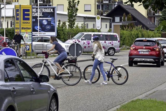 Stadtverwaltung hält Warnschilder an Querungshilfe für unnötig