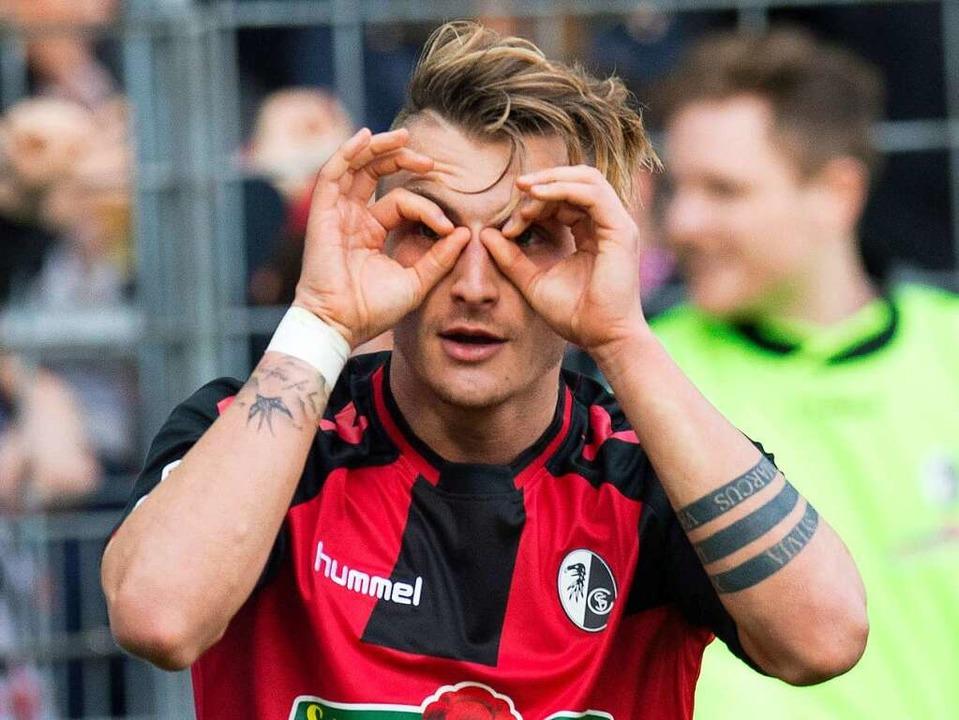 Traut seinen eigenen Augen nicht: Maxi... Millionen von Freiburg nach Dortmund.  | Foto: AFP
