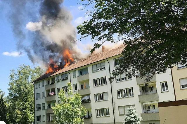 Dachstuhl fängt Feuer – Mehrere Wohnungen sind unbewohnbar