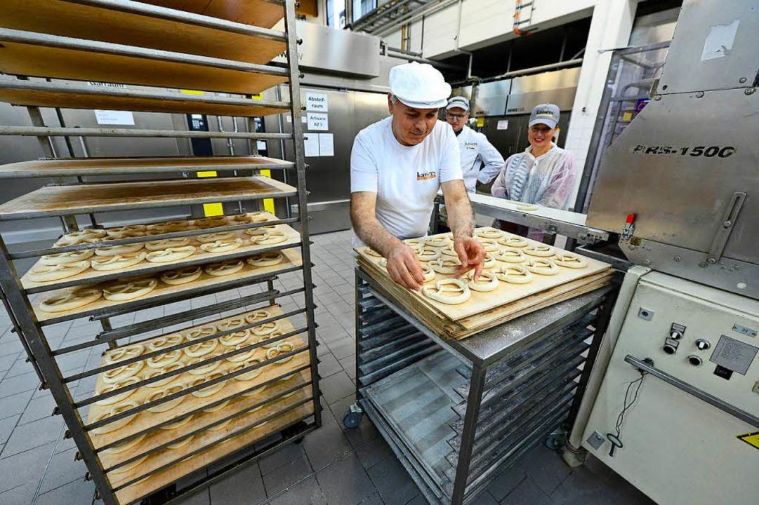 Aus der Maschine aufs Brett: Michele Napoli in der Backhalle der Bäckerei Kaiser  | Foto: Ingo Schneider
