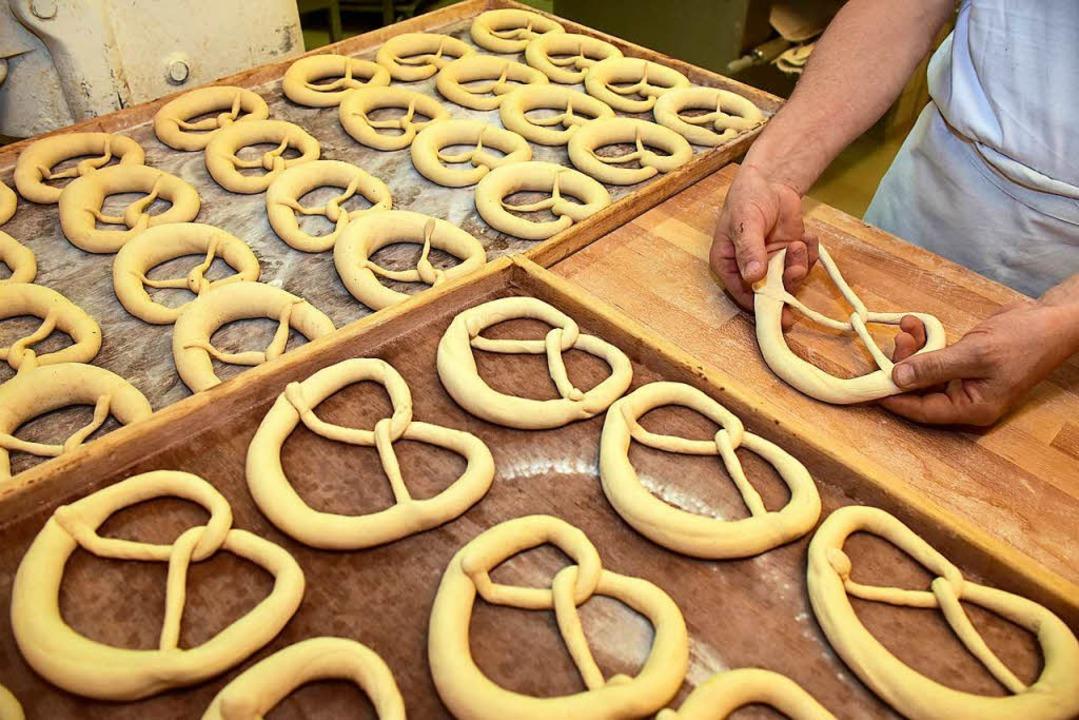 Handarbeit in der Backstube der Bäckerei Lay in der Bayernstraße  | Foto: Thomas Kunz