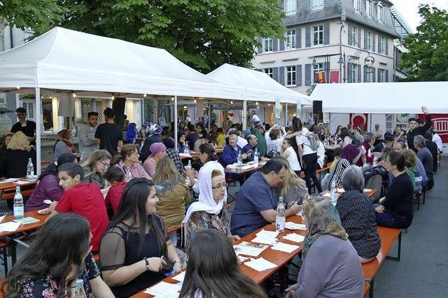 Iftar-Essen auf dem Lörracher Marktplatz