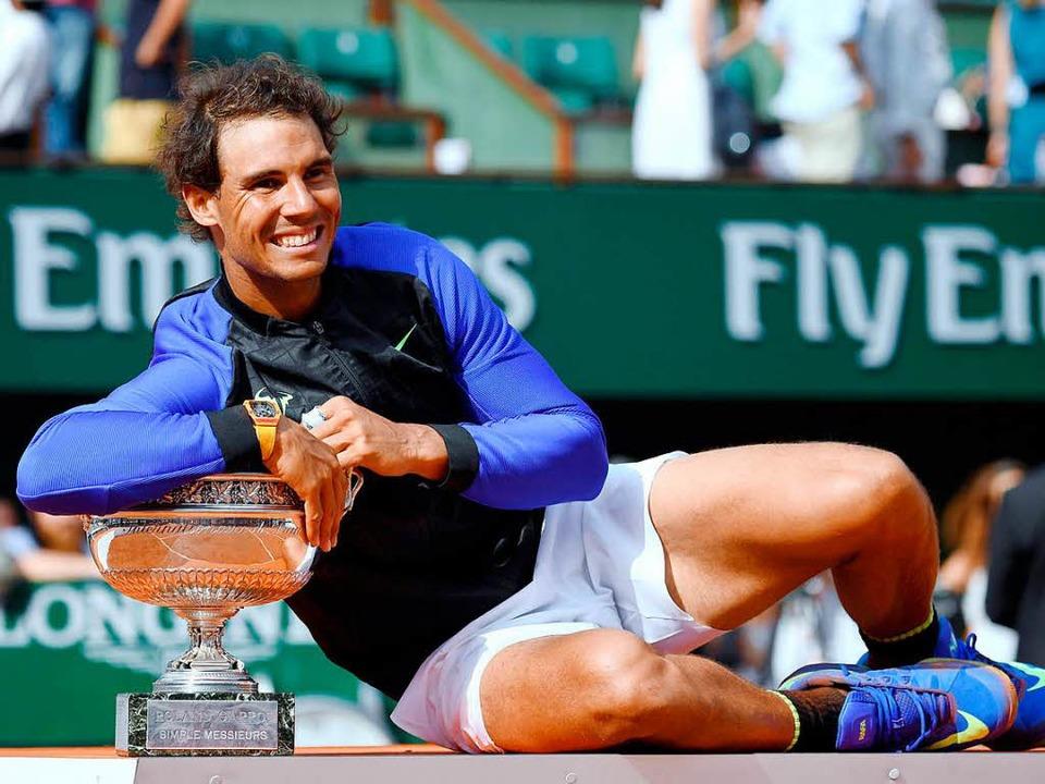 Sieger mit Trophäe: Rafael Nadal freut...en Sieg bei den French Open in Paris.     Foto: afp