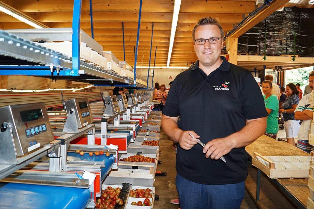 Kevin Brändlin vor der computergesteuerten Kirsch- und Stachelbeersortieranlage.  | Foto: Silke Hartenstein