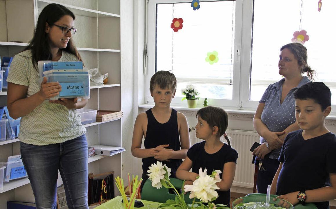 Klassenlehrerin Manuela Forster (links...t heraussuchen und bearbeiten können.     Foto: Susanne Kanele