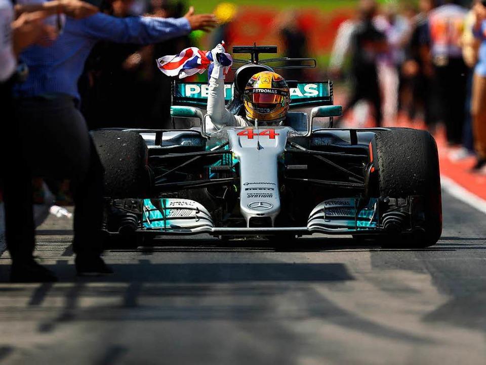 Der Brite Lewis Hamilton siegt zum sec... sich im Kampf um den WM-Titel zurück.  | Foto: AFP
