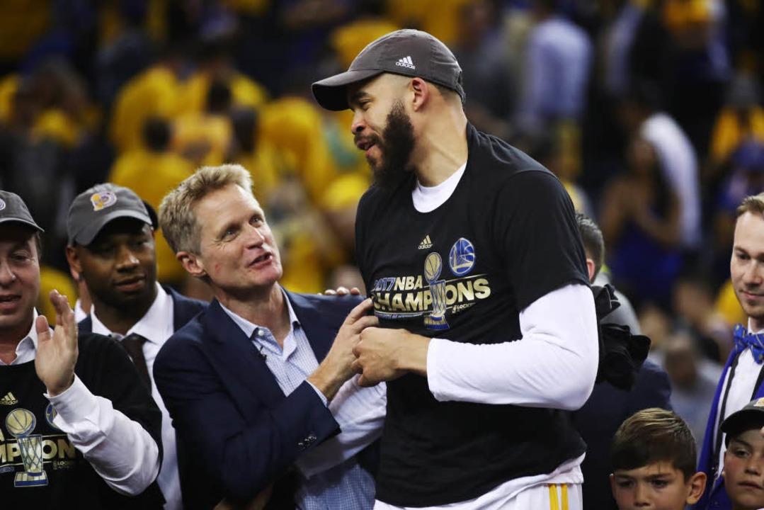 Steve Kerr und JaVale McGee der Golden State Warriors feiern ihren Sieg.  | Foto: AFP
