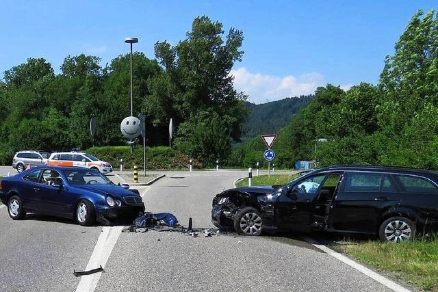 Zwei Verletzte nach Kollision bei Kreisel in Sisseln