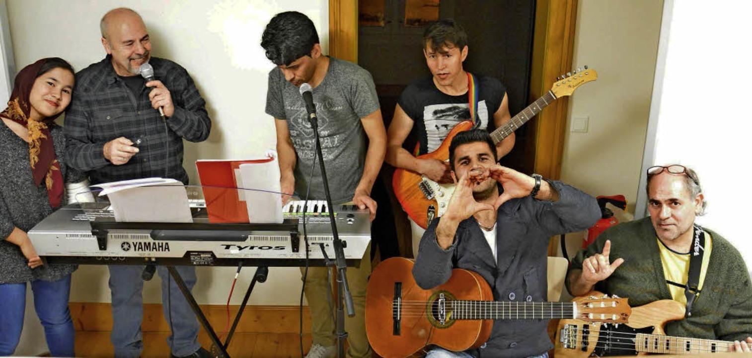 The Worlderers – ein Bandprojekt...kertsheim (Zweiter von links) leitet.   | Foto: Freundeskreis Flüchtlinge Lahr