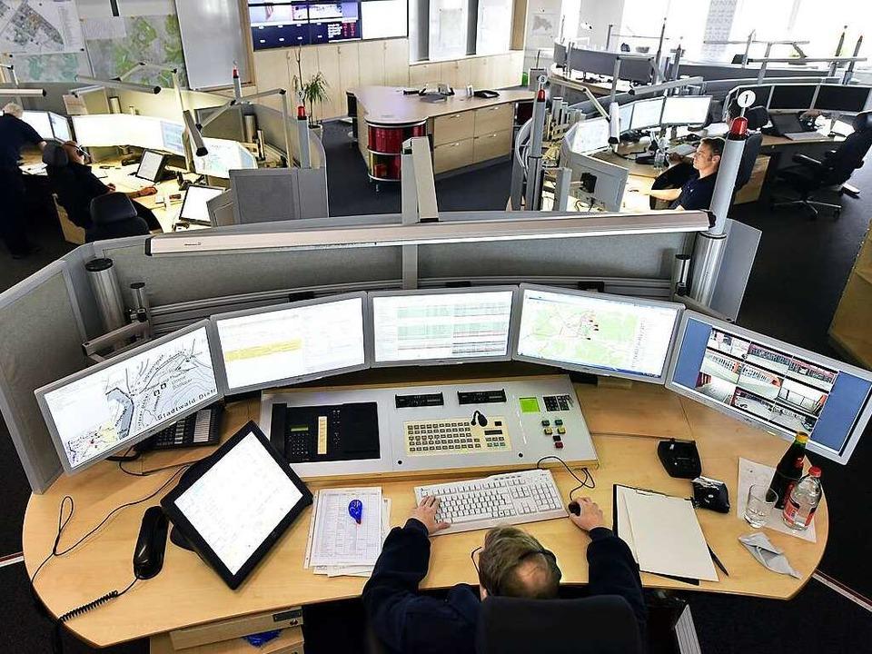 Alles im Blick: Die Disponenten in der... viele Monitore mit zahlreichen Infos.  | Foto: Thomas Kunz