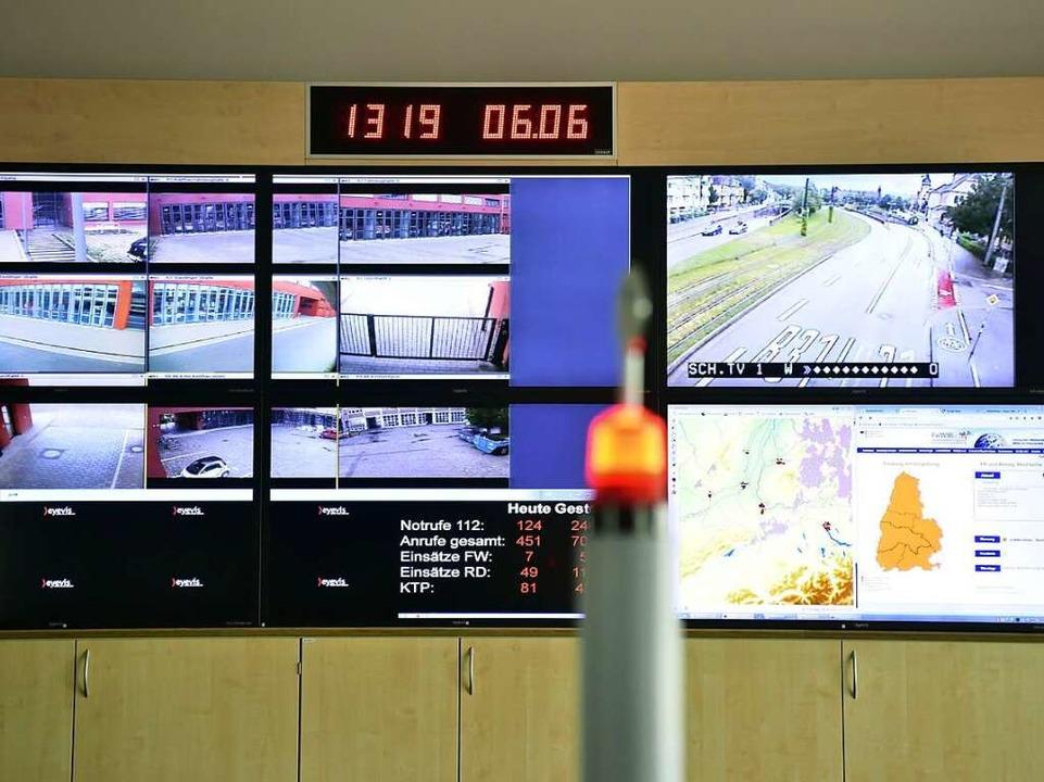 Große Monitore in der Leitstelle zeige...erkehrslage  am Tunnel und das Wetter.  | Foto: Thomas Kunz