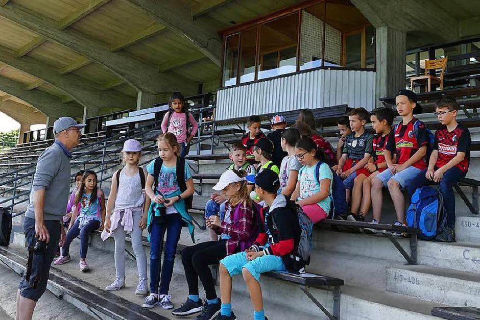 Die Schüler versammeln sich auf der Tribüne des Mooswaldstadions. (Foto: BZ)