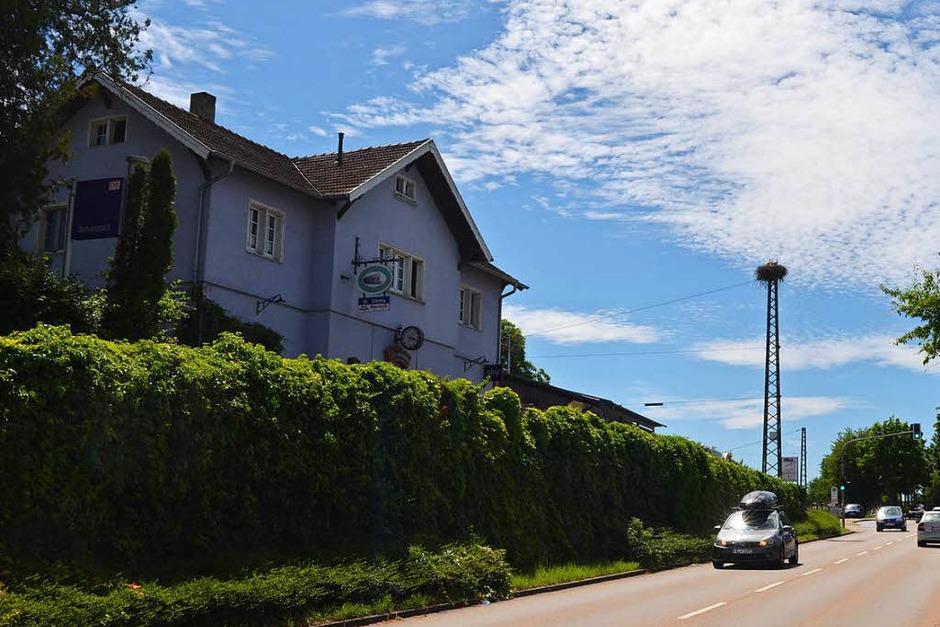 Direkt zwischen der Ortsdurchfahrt von Schallstadt und dem Bahnhof thront das Storchennest auf dem Strommast. (Foto: Nikola Vogt)