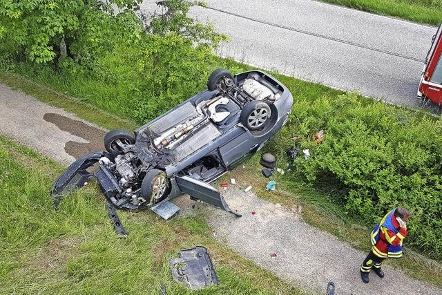 Auto stürzt sechs Meter tief