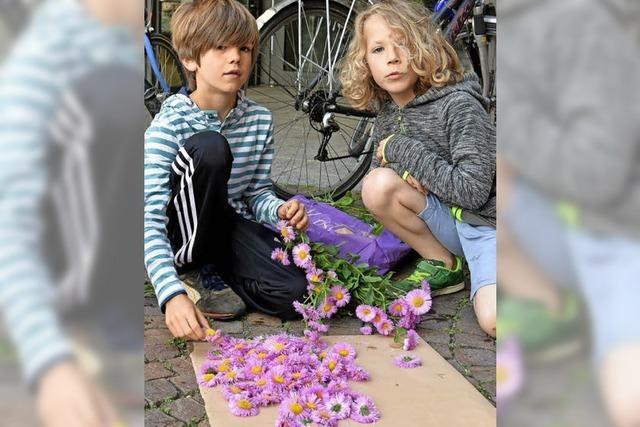 Bilder aus Blumen und buntem Sand