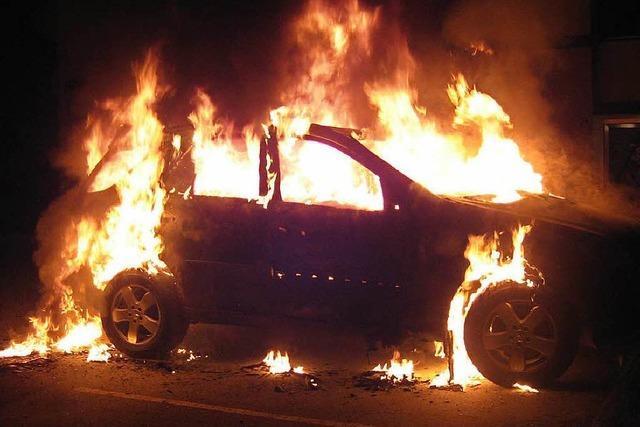 Unbekannte setzen zwei Autos in Lörrach in Brand
