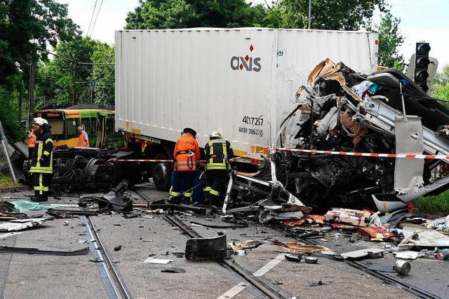Laster rammt Straßenbahn in Karlsruhe: Menschen verletzt