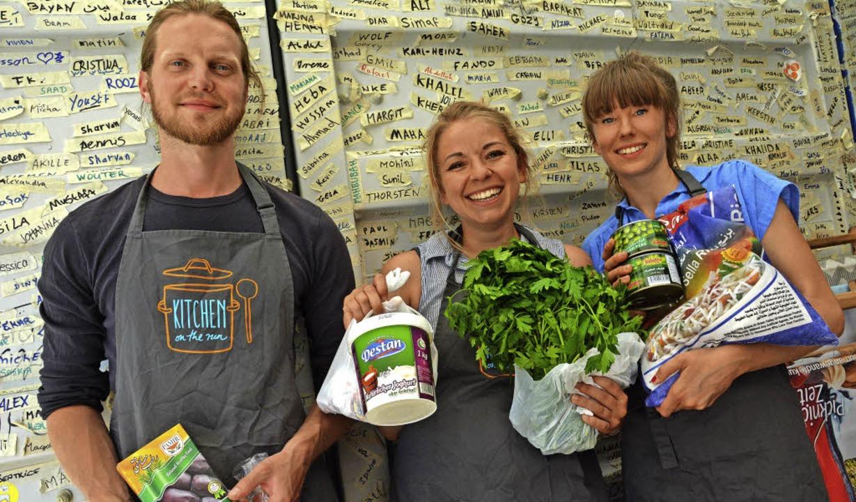 Daniel Schoon, Ina Peppersack  (Mitte)...sselkamp haben fürs Kochen eingekauft.  | Foto: Barbara Ruda