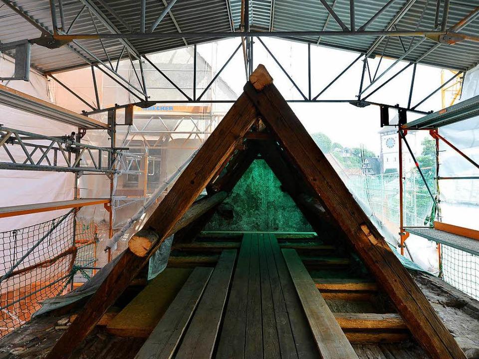 Der Dachstuhl des Klausurgebäudes wird... vor allem die Holzbalken viel Arbeit.  | Foto: Rita Eggstein