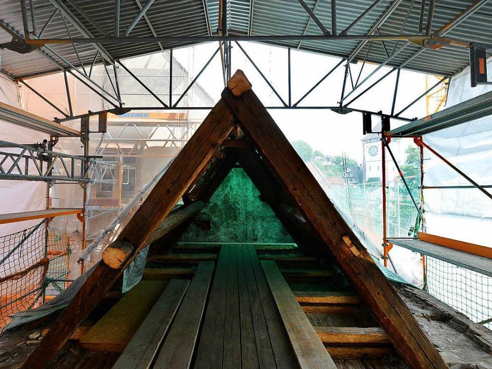 Der Dachstuhl des Klausurgebäudes wird... vor allem die Holzbalken viel Arbeit.    Foto: Rita Eggstein