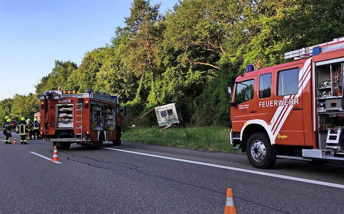 Ein Wohnmobil landete bei einem Verkehrsunfall auf der A 5  in einem Waldstück.   | Foto: Feuerwehr Neuenburg