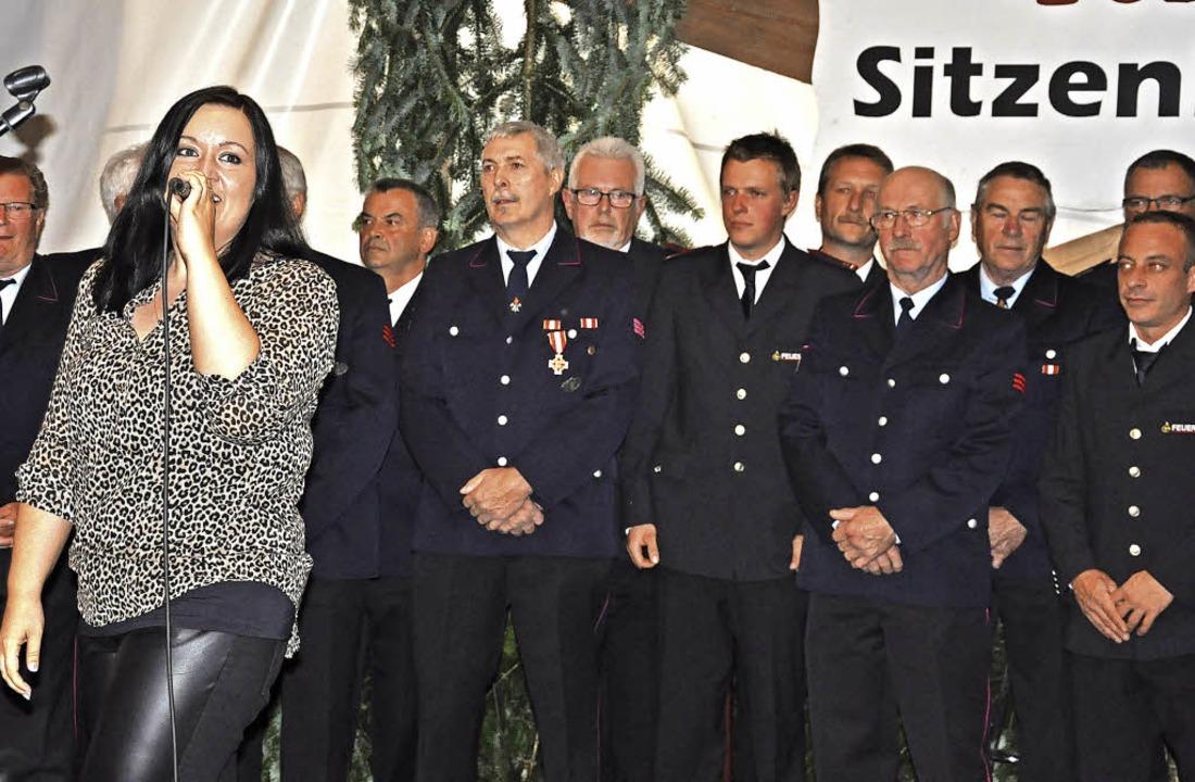 Simone Moos aus Neuenburg sang mehrere...ihre Feuerwehrfreunde aus Sitzenkirch.    Foto: Jutta Schütz