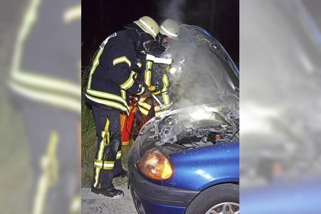 Ein Fahrzeug fängt Feuer