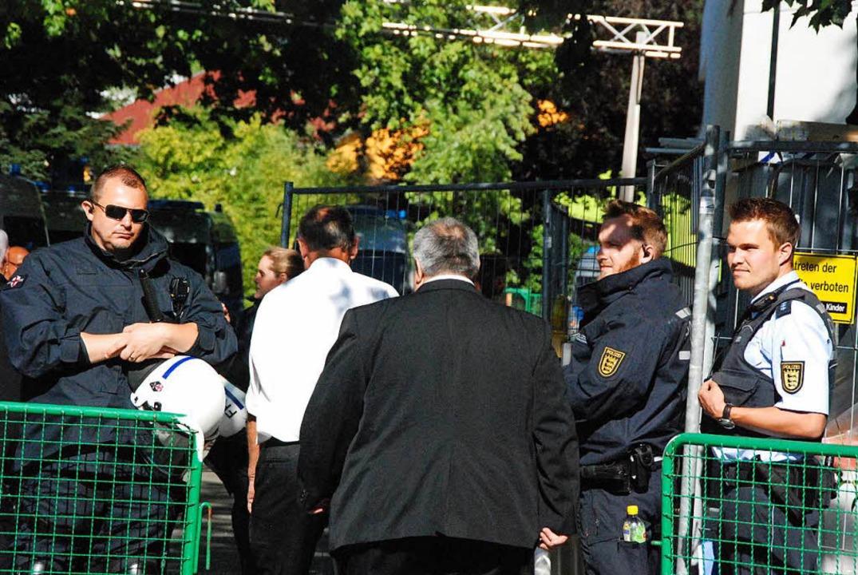 Polizisten sorgen für Sicherheit.  | Foto: Maja Tolsdorf