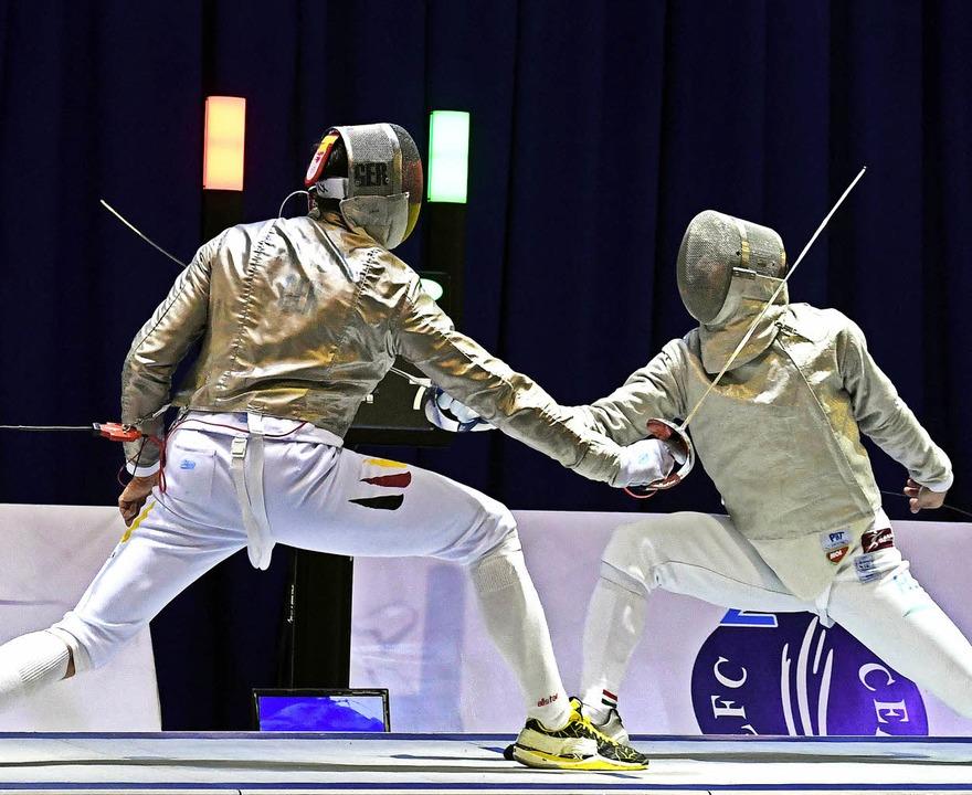 Max Hartung (links), hier in seinem EM-Finale gegen den Ungarn Aron Szilagyi   | Foto: dpa, Bleyer