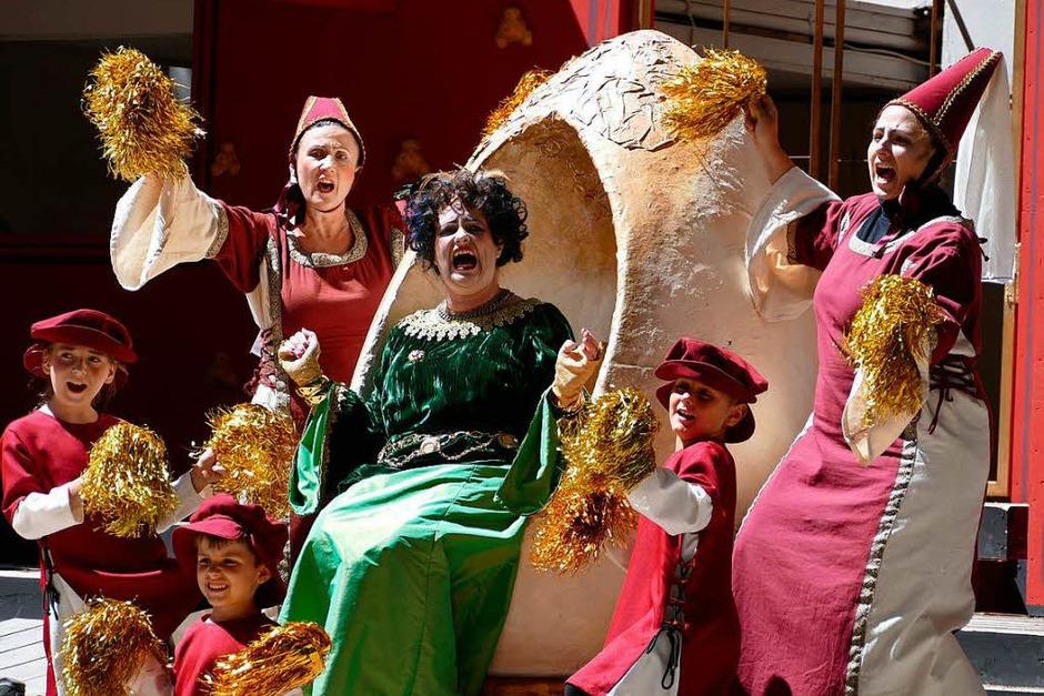 Begeisterungsschreie der Königin (Yvonne Dewaldt) angesichts des vielen Goldes, das ihr der Steuereintreibungstag beschert hat (Foto: Frank Kreutner)