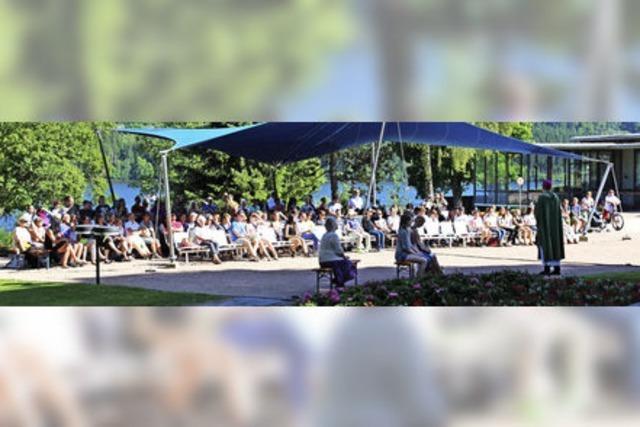 Mehr als 200 Gläubige feiern gemeinsam im Kurpark