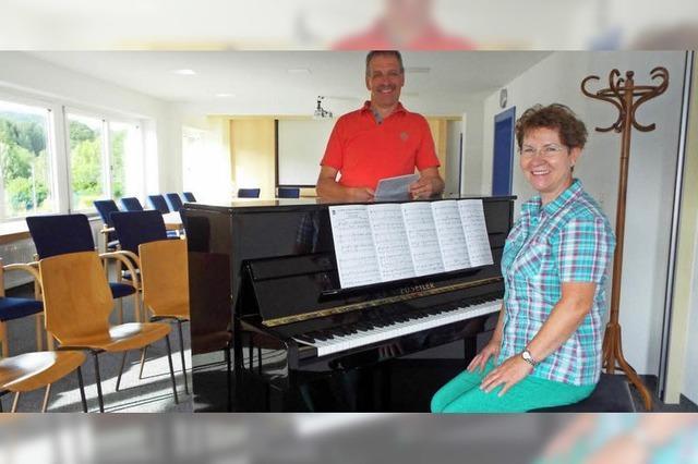 Neues Klavier findet seinen Platz im renovierten Rathaussaal