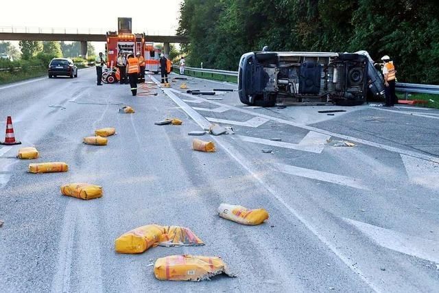 Kleinlaster kippt auf der Autobahn auf der Höhe von Lahr um