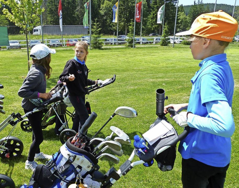 Beim Ligaspiel in der Himmlischen Höll... Kinder aus 16 Golfclubs an den Start.  | Foto: Simoneit